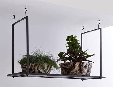 petites cuisines photos une étagère métal suspendue au plafond dans la cuisine