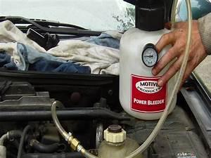Liquide De Frein Voiture : purger changer le liquide de frein voiture une personne pas pas youtube ~ Medecine-chirurgie-esthetiques.com Avis de Voitures