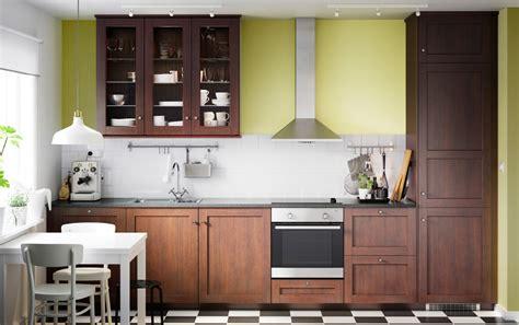 ikea cuisine electromenager crée un style classique avec du bois brun et des portes