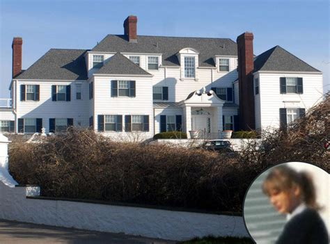 Taylor Swift Rebuilds Seaside Wall At Rhode Island Home