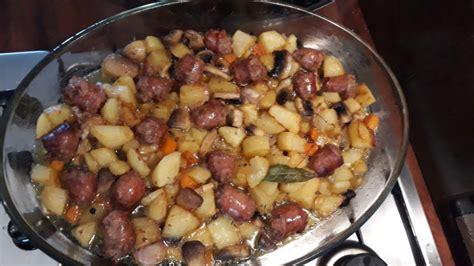Tavë me patate dhe salçiçe që ia do zemra një kupë verë - Rozmarine