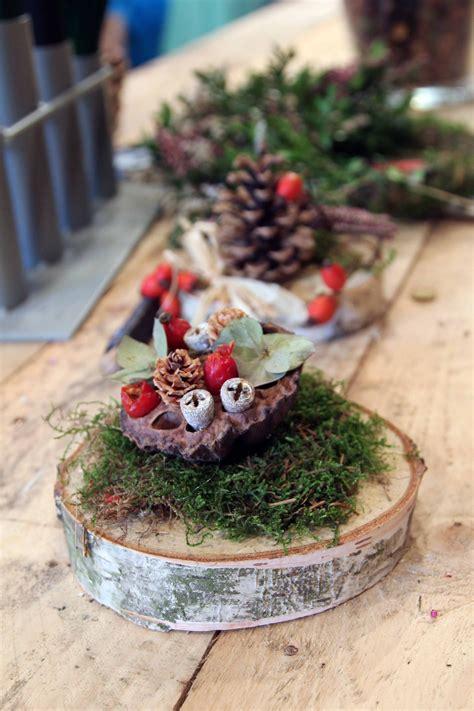 kleine gestecke weihnachten aus baumscheiben und herbstsch 228 tzen entstehen kleine kunstwerke baumscheiben deko