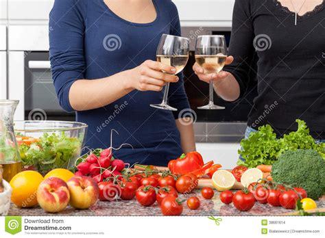 lesbienne dans la cuisine images stock image 38661614