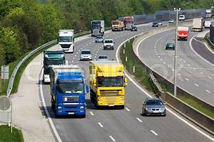 Route Berechnen Lkw Kostenlos : auf einer autobahn lastwagen und autos fahren nebeneinander stockfoto colourbox ~ Themetempest.com Abrechnung