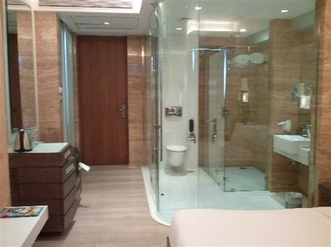 the glass bathroom that leave to the imagination