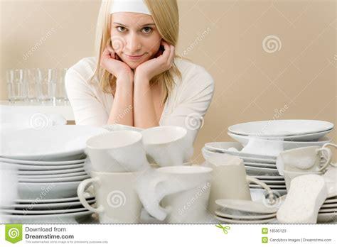 femme dans la cuisine cuisine moderne femme fatiguée dans la cuisine