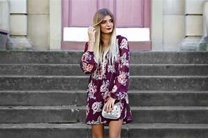 Kleid Stiefeletten Kombinieren : outfit rotes blumenkleid lauras journal deutscher modeblog ~ Frokenaadalensverden.com Haus und Dekorationen