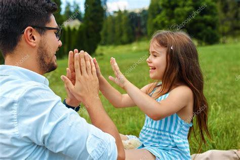 Père Et Fille Samusent Papa Heureux Jouant Avec Kid