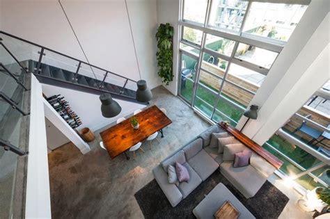 Un loft con doble altura y terraza en Vancouver · A loft