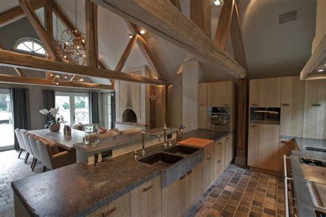 moderne houten keuken met keukeneiland en plafond met