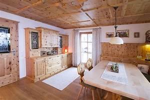 Wohnzimmer Mit Esstisch : wohnzimmer aus zirbenholz mit t re aus zirbenholz gro er esstisch in ahorn wohnen pinterest ~ Markanthonyermac.com Haus und Dekorationen
