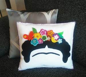 Frida Kahlo Kissen : dekor kissen frida kahlo frida blume krone von mxartscrafts auf etsy kissen n hen pinterest ~ One.caynefoto.club Haus und Dekorationen