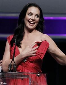 Katherine heigl perd sa robe pendant une remise de prix for Elle perd sa robe