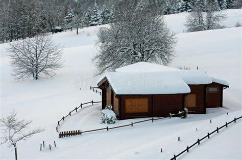 chalet en bois de montagne dans les alpes en italie apr 232 s chutes de neige lourdes image stock