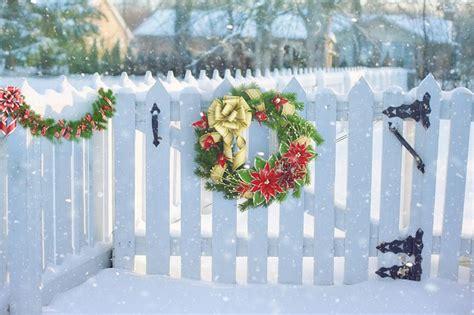 photo christmas wreath  fence fence  image