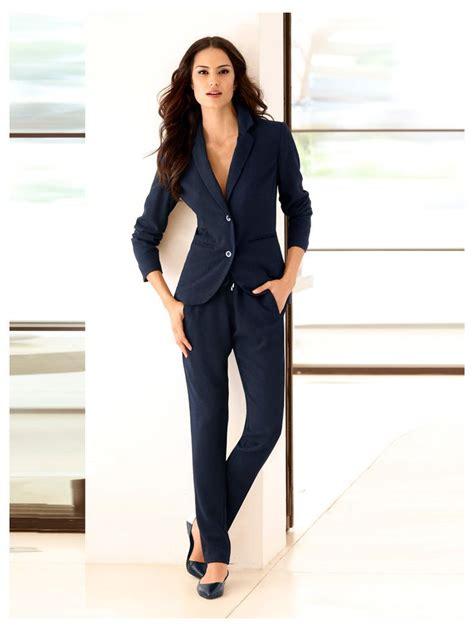 tenue bureau femme une tenue de bureau sport chic avec blazer court pantalon