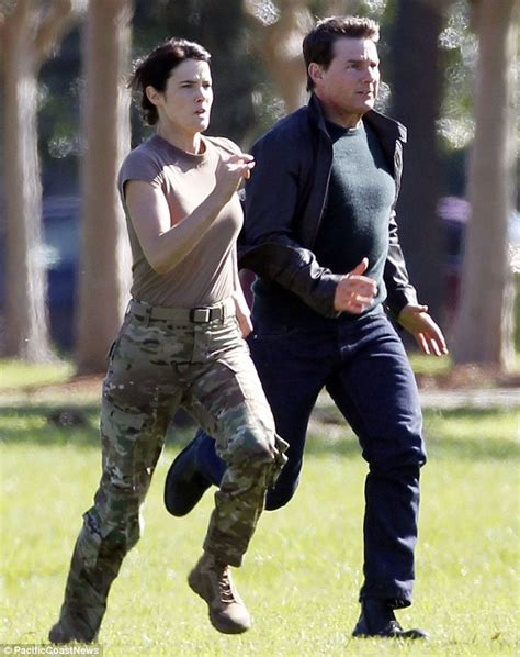 cast of jack reacher never back down tom cruise and cobie smulders run side by side for jack