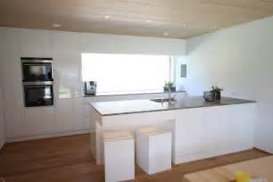 küche holz modern küche modern weiß braun beige hochglanz küche und holz arbeitsplatte wohnen