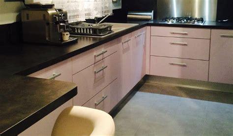 cuisine grise et plan de travail noir cuisine aménagée réalisations mulhouse