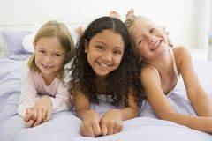 Drei In Einem Bett : m dchen in den pyjamas an der pyjamaparty vektor abbildung illustration 67765301 ~ Pilothousefishingboats.com Haus und Dekorationen
