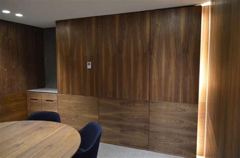 foto sala de juntas muro  plafones de madera de nogal