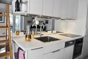 Credence Cuisine Moderne : petite cuisine blanche moderne avec miroir en guise de ~ Dallasstarsshop.com Idées de Décoration