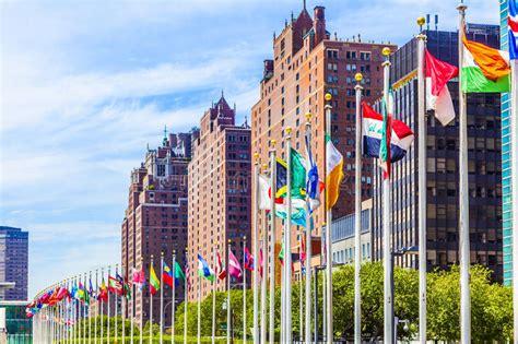 siege de onu siège des nations unies avec des drapeaux des membres de l