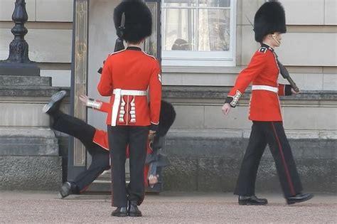le bureau la garde un garde de la reine chute devant buckingham palace
