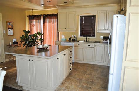 cuisine bois laqué cuisine en bois laqué et glazé comptoir de stratifié avec