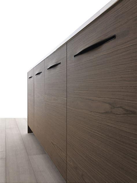 sculptural design  stylish slit handles shape exquisite