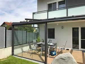 Moderne terrassen berdachung in grau mit windschutz zum for Moderne terrassenüberdachung