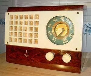 Emerson Model 520 Catalin Table Radio  1946