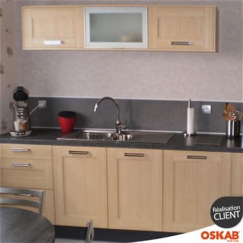 cuisine oskab cuisine bois clair contemporain avec plan et crédence gris