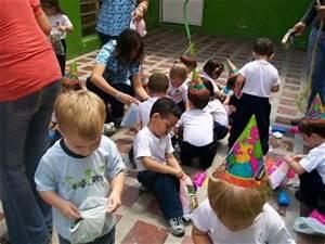 Kindergeburtstag In Hamburg Tipps : kinder machen sich ber den inhalt der pinata her geburtstage kindergeburtstag und ~ Yasmunasinghe.com Haus und Dekorationen