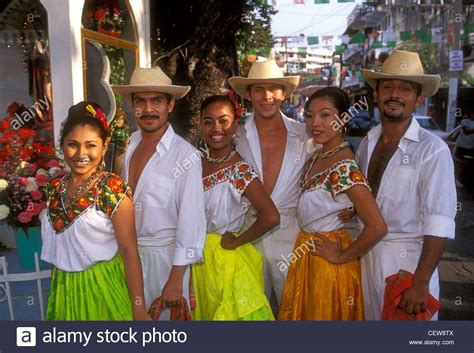 Mexicans Mexican people folkloric dancers Acapulco ...