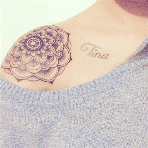 tatouage de femme tatouage mandala noir  gris sur