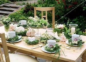 Gedeckter Tisch Kinder : sommerliche tischdeko f r kaffeekr nzchen im freien bild kaufen 272816 stockfood ~ Orissabook.com Haus und Dekorationen