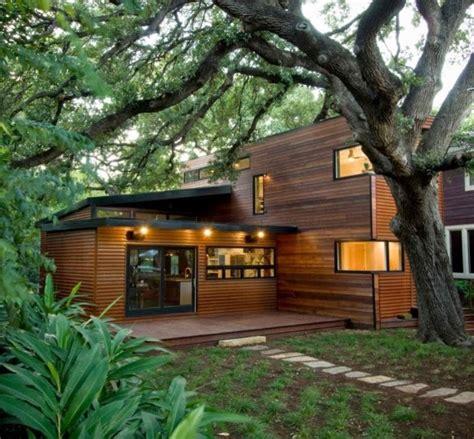 desain rumah taman unik  dinding kayu dua lantai