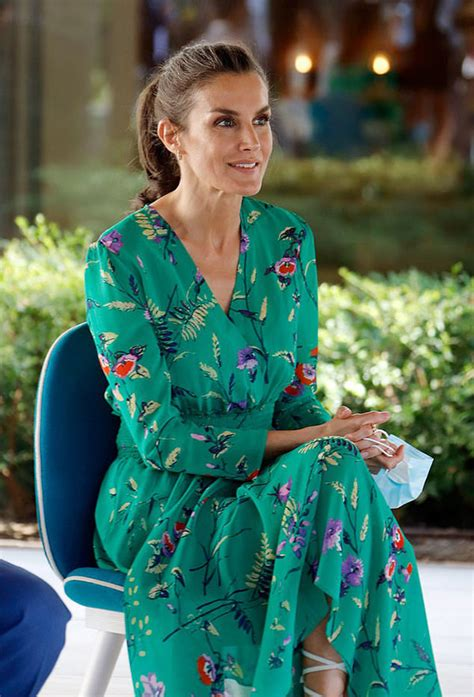 queen letizia stuns  green   royal