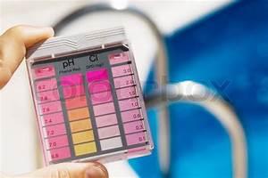 Pool Ph Wert Senken : der chlorgehalt und ph wert sind sauberes wasser im pool gemessen stockfoto colourbox ~ Orissabook.com Haus und Dekorationen