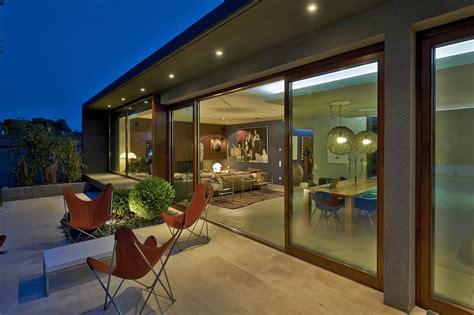 cuisine blanche ouverte sur salon rénovation et extension d 39 une maison mérignac ha 03 architecte gironde hybre architecte