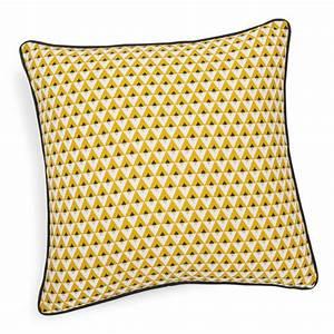Coussin Maison Du Monde : coussin en coton jaune 50 x 50 cm hilton maisons du monde ~ Dode.kayakingforconservation.com Idées de Décoration