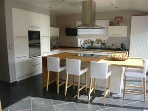 cuisine ouverte sur le salon avec ilot central With deco cuisine avec chaise de salon blanche