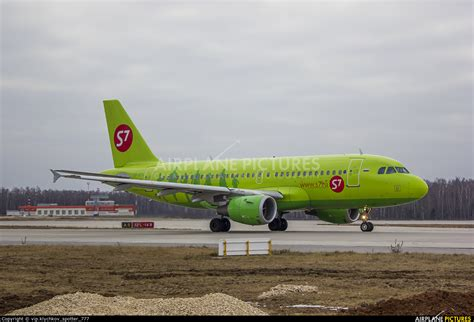 VP-BTX - S7 Airlines Airbus A319 at Moscow - Domodedovo | Photo ID 677119 | Airplane-Pictures.net
