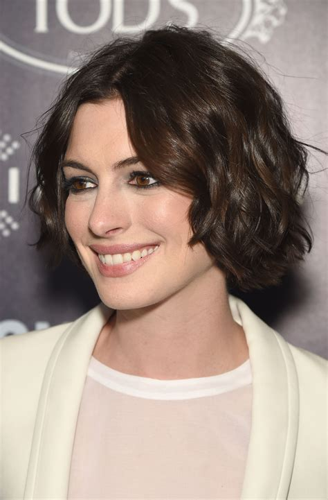 The new haircut was the creation of hairstylist adir in case you haven't been obsessively documenting hathaway's hair status over the last, uh, decade, you should know that she pretty much always has. Anne Hathaway Perfects the Short Beachy Wave Hairstyle ...