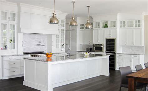 cuisine classique blanche fleur de sel back splash meubles de