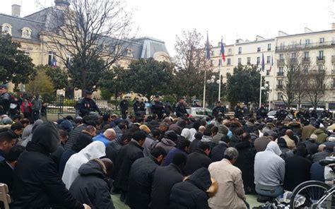 un millier de fid 232 les prient dans la rue apr 232 s la fermeture de la mosqu 233 e de clichy le parisien