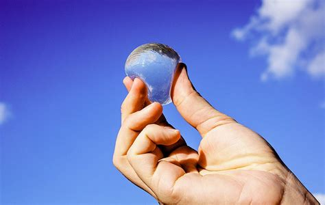 ooho la bulle d eau qui pourrait bien remplacer la bouteille plastique