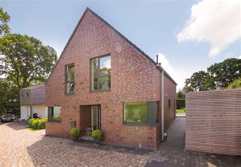 Einfamilienhaus Kompaktes Ziegelhaus Mit Erdwaermepumpe by Modernes Giebelhaus Mit Klinker Fassade Satteldach