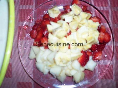 cuisines senegalaises morceaux de fraises banane et poire pour salade de fruits